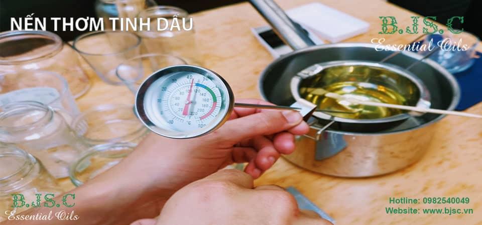 Kiểm tra nhiệt độ nóng chảy của sáp bằng nhiệt kế