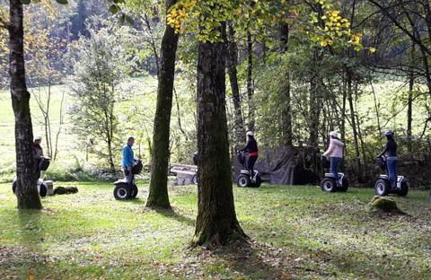 Kinder auf Segway fahrend im Wald