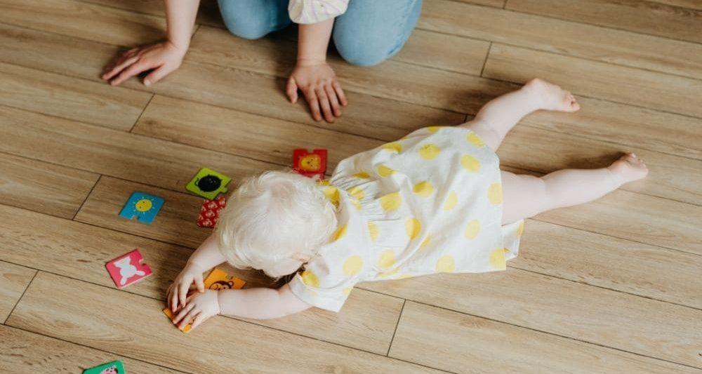 Bebé jugando en una tarima de madera exterior de Detecpa