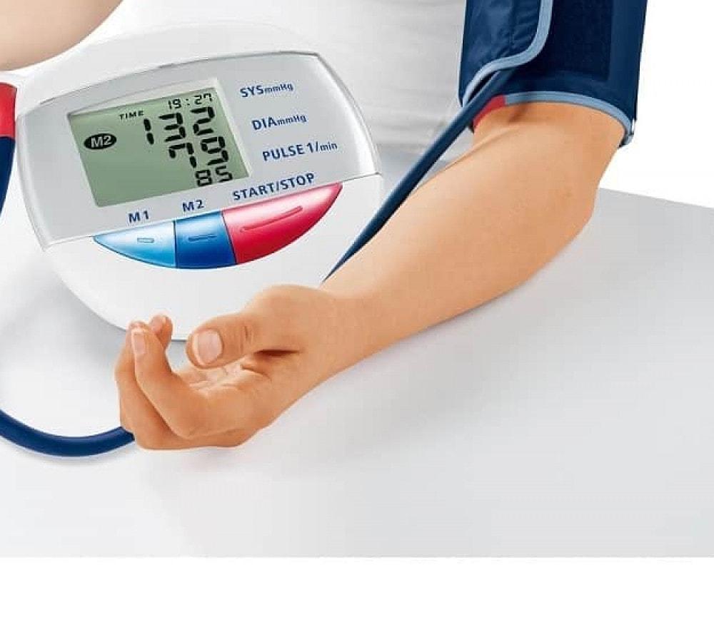utiliser un tensiomètre au bras