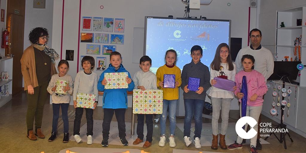 Algunos de los alumnos premiados tras recoger sus premios.