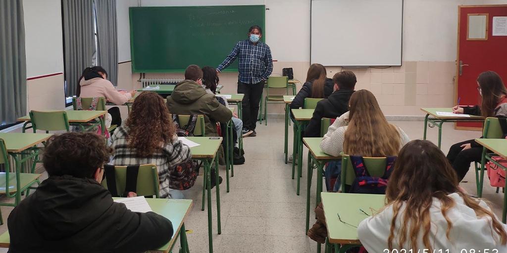 """Alumnos del IES Peñaranda participan en unas charlas del programa """"Peñaranda Joven"""""""