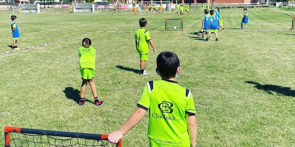 Los más pequeños disfrutan de una jornada en el campus de fútbol de Villoruela