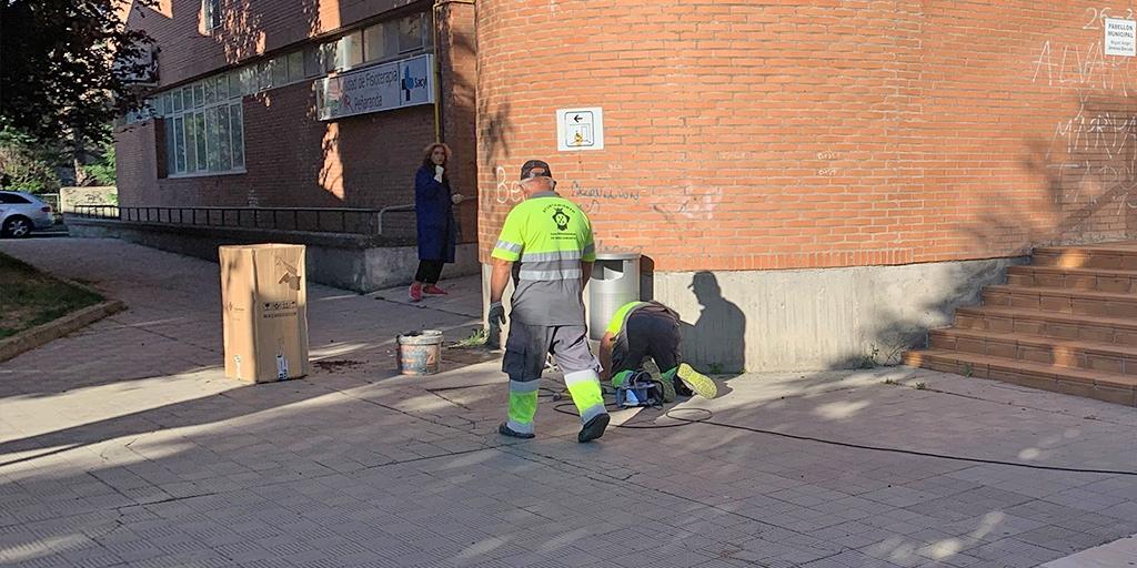 Operarios municipales instalan nuevas papeleras