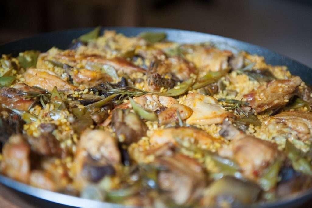 Paella mit Huhn und Artischocken