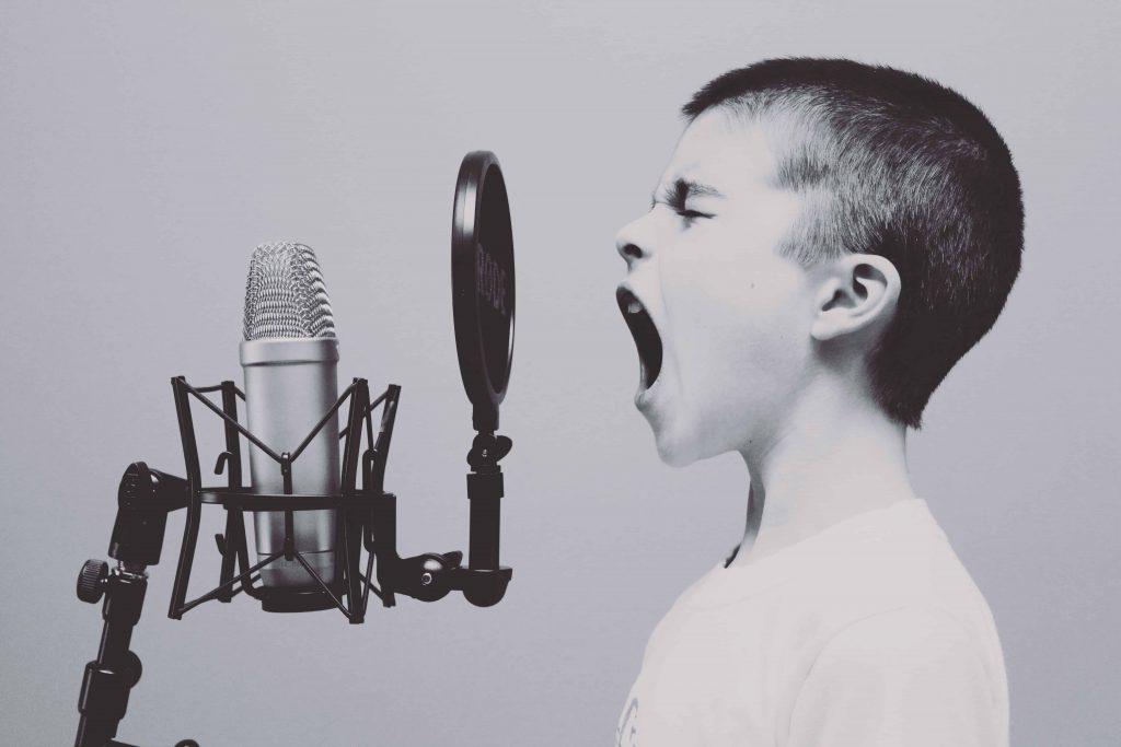 singender Junge mit Mikrofon