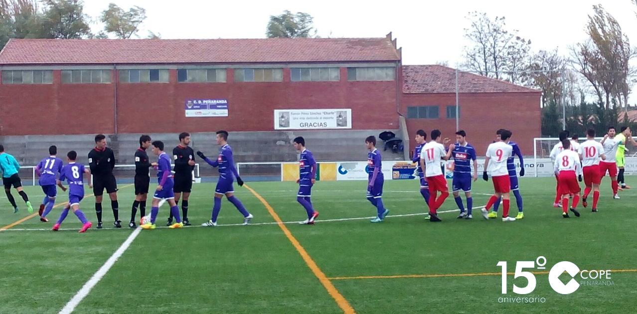 Los juveniles del Peñaranda y del Santa Marta saludándose antes del partido en el Luis García