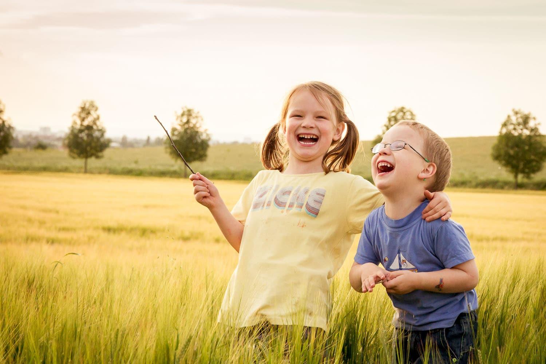 so herzhaft können nur Kinder lachen... schön wenn es gelingt solche Momente einzufangen