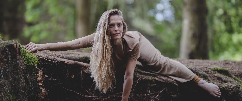 Yoga Fotoshooting mitten im Thüringer Wald mit Tageslicht und ohne Ausleuchtung Canon EOSR & RF 85mm f/1.2L USM