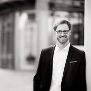 ein lockeres Businessportrait, mit Tageslicht in Erfurt fotografiert