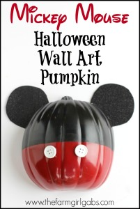 Scare up some Disney Halloween fun with this Mickey Mouse Halloween Wall Art Pumpkin. This fall craft is super easy to make.