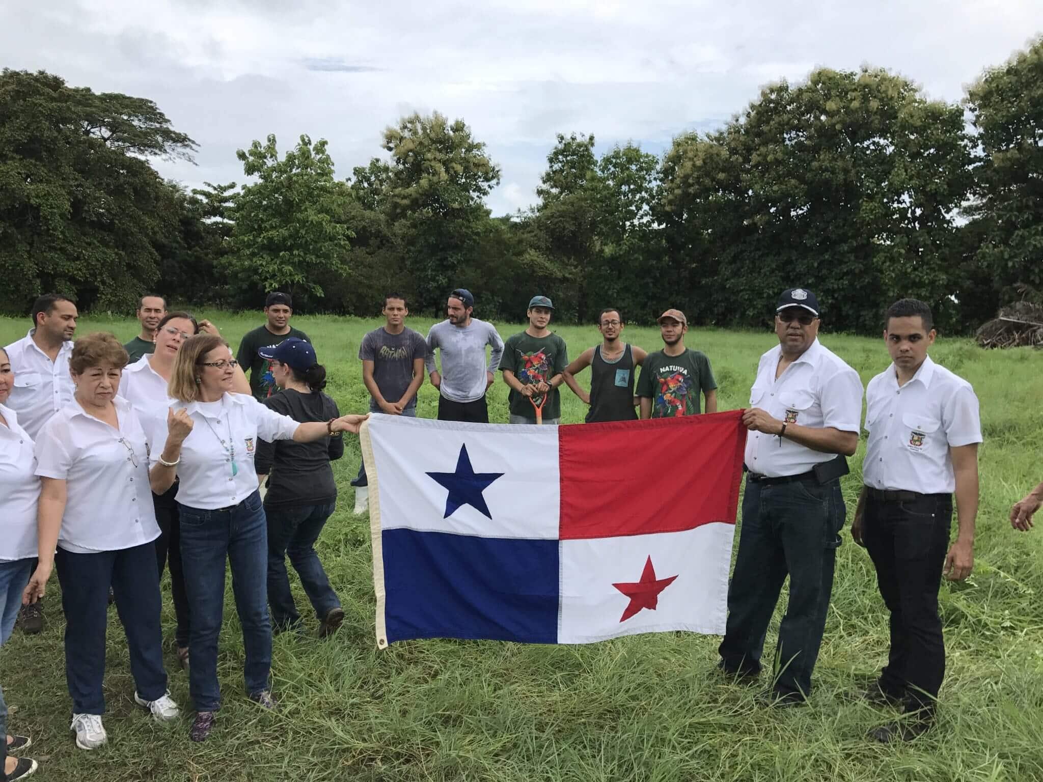 En este momento estás viendo Embajada de Panamá dona árboles a NATUWA.