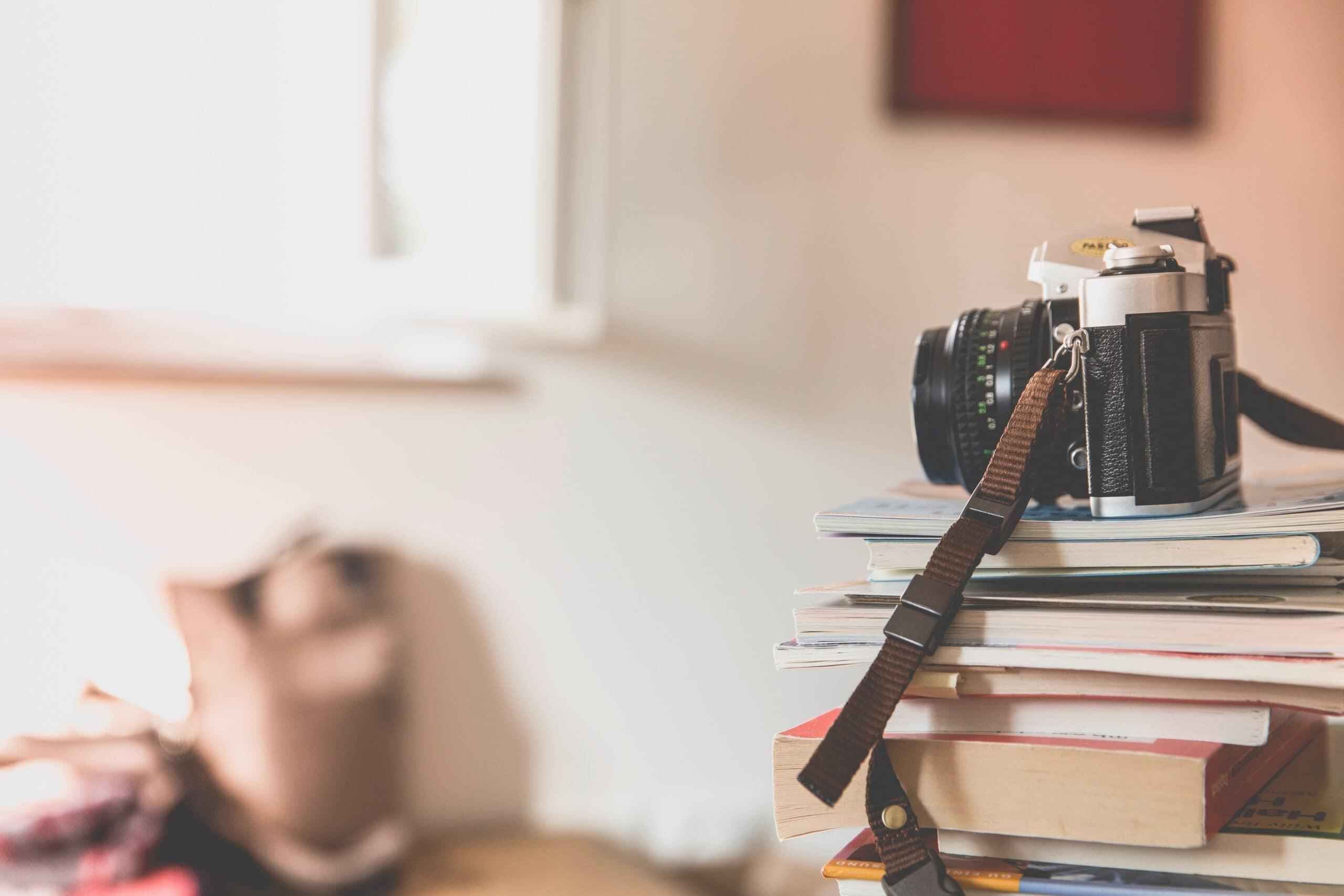 Kamera uppe på böcker