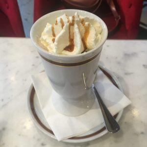 Káva v caffe Sacher ve Vídni