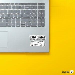 استیکر لپ تاپ تیکی تاکا روی لپتاپ