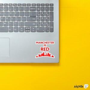 استیکر لپ تاپ منچستر قرمزه روی لپتاپ