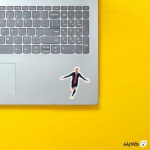 استیکر لپ تاپ خوشحالی نیمار روی لپتاپ