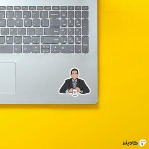 استیکر لپ تاپ سریال آفیس - مایکل به همراه لیوانش روی لپتاپ