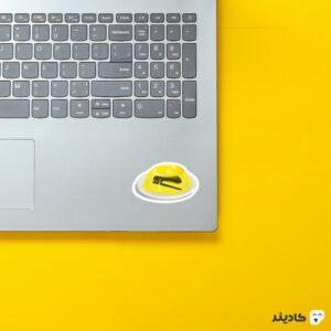 استیکر لپ تاپ سریال آفیس - منگنه در ژله روی لپتاپ
