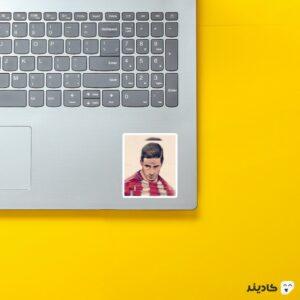 استیکر لپ تاپ فرناندو تورس اسطوره روی لپتاپ