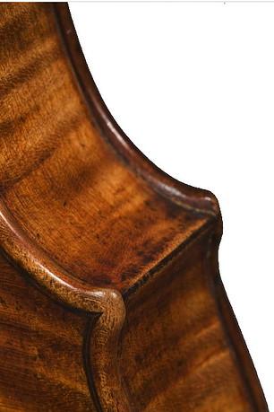 グァルネリバイオリンのコーナー、黒く塗ってある横板のつなぎ目