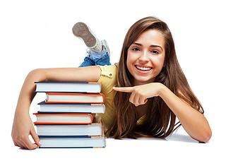 Chica estudiante con un montón de libros