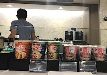 カップ麺とカップ味噌汁の画像