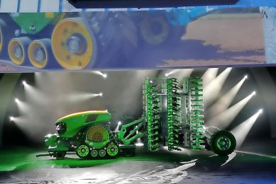 John Deere presents autonomous robot tractor