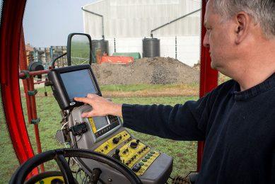 204339 John Porter stelt zijn meetapparatuur in.