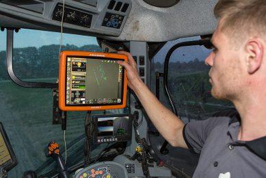 408150 Bestrijding van distels in de wortelen met precisie-spuiten bij akkerbouwbedrijf Sturm in Ens. Foto: Max toont op het scherm waar de spuit actief is geweest.