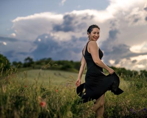 Portrait mit fliegendem Kleid in einer Sommerwiese