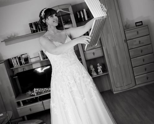 am Hochzeitsmorgen betrachtet sich die Braut im Spiegel