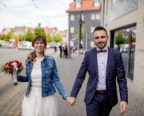 das frisch vermähltes Hochzeitspaar in der Domstraße in Erfurt fotografiert im Laufen mit der EOS R & EF 35mm f/1.4l ii usm