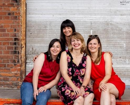 4 junge Damen auf der Laderampe am Zughafen in Erfurt