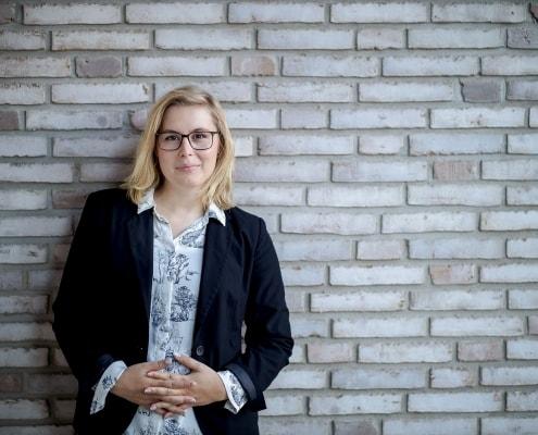 modernes & offenes Business Portrait vor einer hellen Mauer fotografiert mit der Canon EOSR & RF 85mm f/1.2L USM in Thüringen