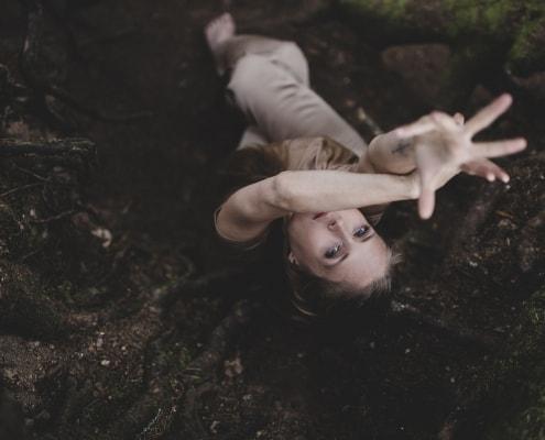 vom Adler inspirierte Yoga Einstellung, fotografiert von oben in einem Wurzelloch im Thüringer Wald mit der Canon EOSR & EF 35mm f/1.4l ii usm