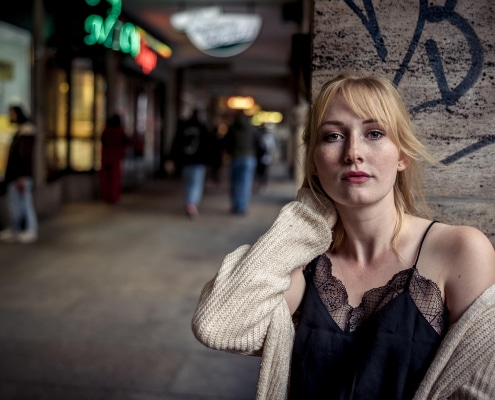 sinnliches Portrait einer jungen Frau in den Arkaden der Bahnhofstaße in Erfurt Canon EOS R6 & RF 28-70mm f2.0