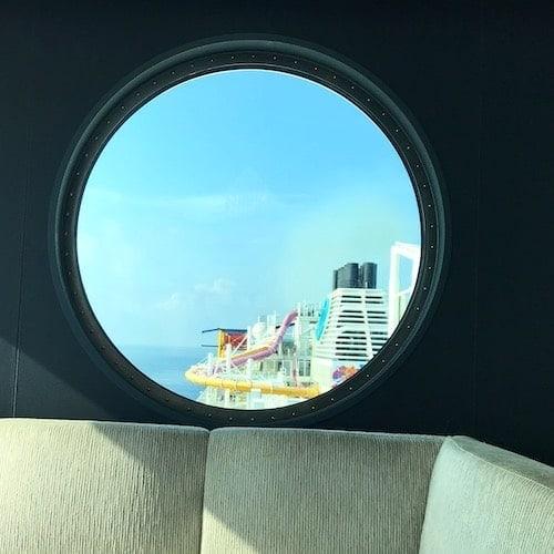 船の丸窓からの景色の画像