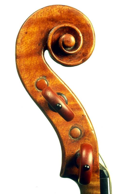 ニコロ・アマティ1675年製ヴァイオリンのスクロール左側面