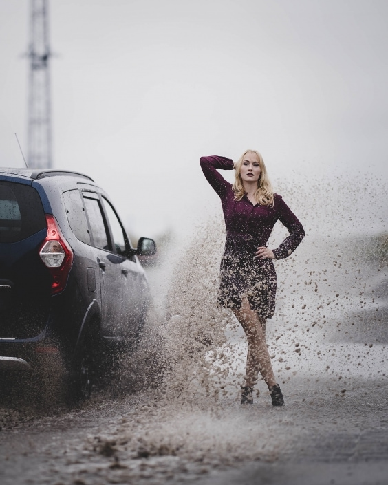 Modefotografie, Model wird von vorbeifahrendem Auto total vollgespritzt Canon EOSR6 & RF 85mm f/1.2L USM