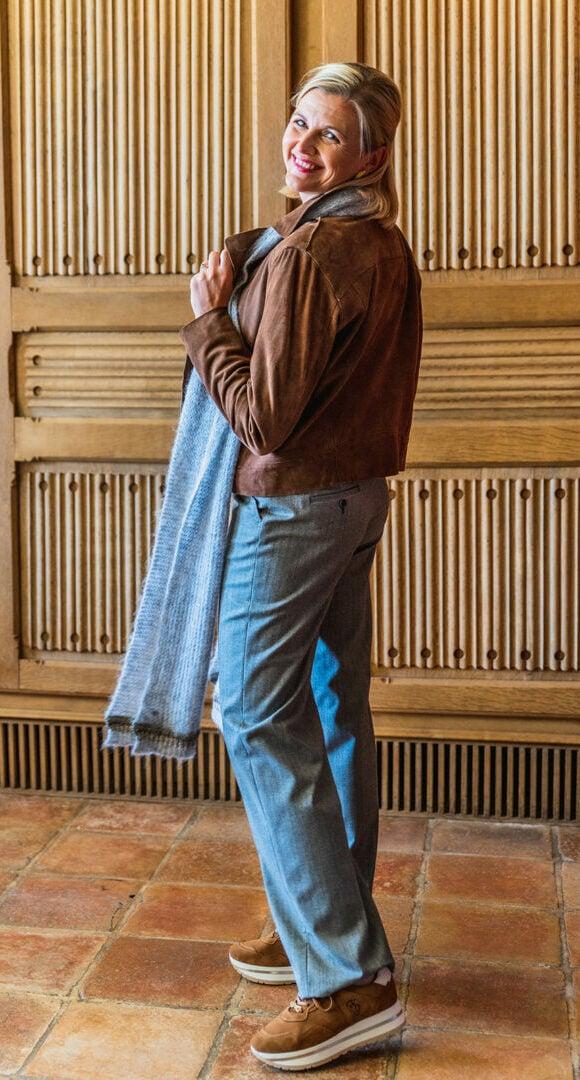 daim jasje cognackleur gustav broek visgraat brax 131 tineb oudenaarde damesmode e1631977161642