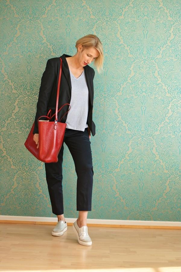Style-interview-Claudia_ glamupyourlifestyle blauer-hosenanzug rote-tasche Anzug-Sneakers Hosenanzug-Sneakers