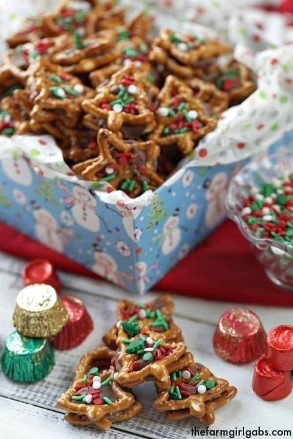 Christmas Pretzel Candy Sandwiches - Two Ways!A little bit sweet, a little bit salty and oh so good! These pretzel candysandwiches are a sweet treat. #ROLOPretzels #Christmascookies #Christmasdecorationideas #Christmascookies #Christmascookieexchange #Christmascookierecipe #Snacks