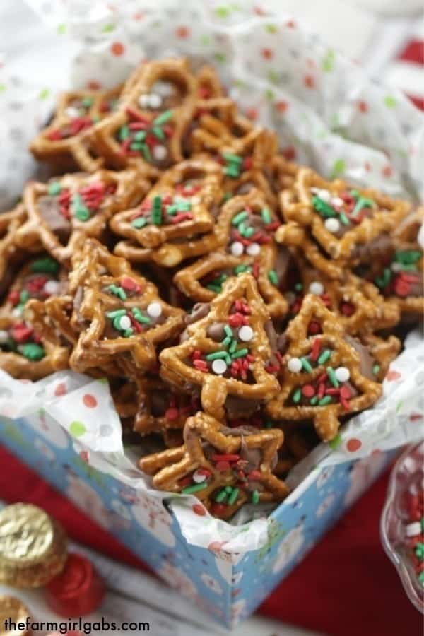 Christmas Pretzel Candy Sandwiches - Two Ways!A little bit sweet, a little bit salty and oh so good! These pretzel candysandwiches are a sweet treat.