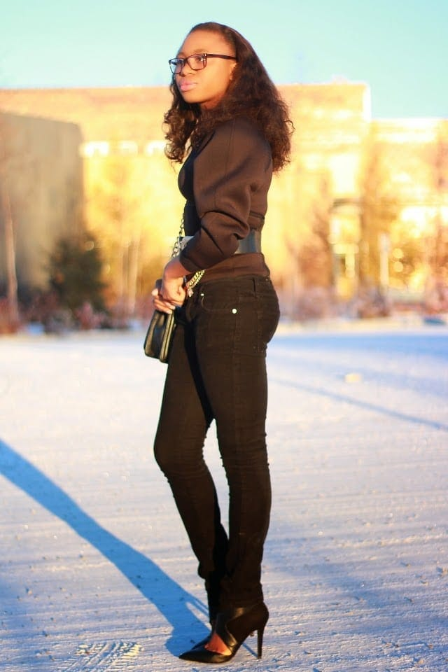 Black Monochrome Outfit Inspiration   Discover some of the best fall and winter styles. Black long sleeves neoprene top and jeans for a stylish outfit.