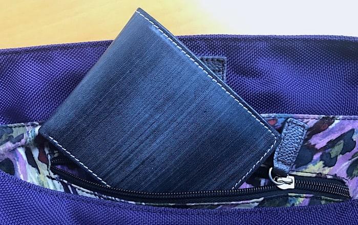 ファスナーポケットとお財布の画像