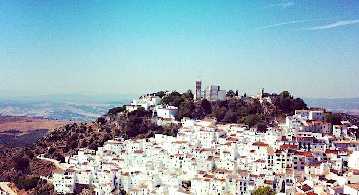 白い村カサレス遠景画像