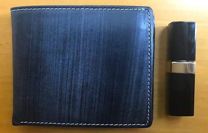 おすすめのお財布と口紅を並べた画像
