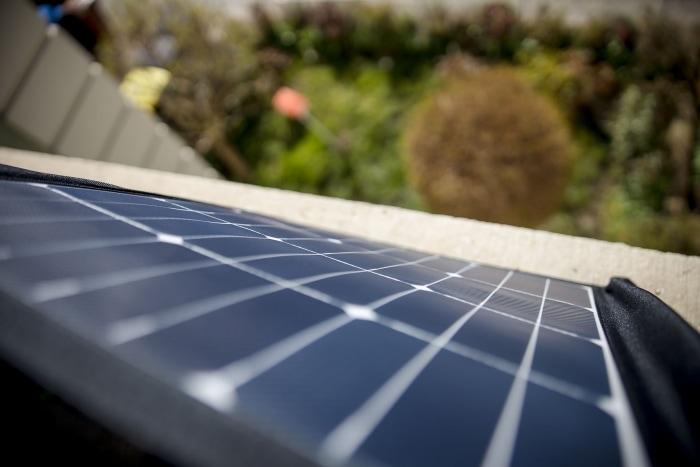 Solartasche von Offgridtec im Fensterbrett