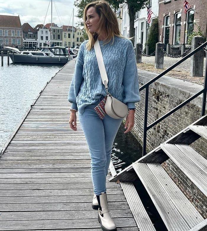 Jeans mit weißen Stiefeln getragen |  40plusstyle.com